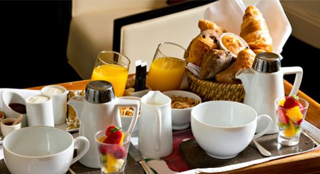 Bien commencer la journée... Orange pressée, fruits frais, fromage blanc bio, confitures maison...
